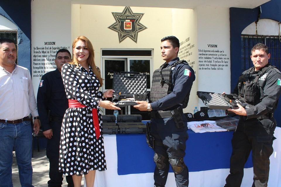 Uniformes, vales de despensa y armamento reciben agentes de policía y tránsito de El Fuerte